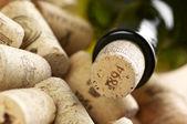 Vinflaska och korkar — Stockfoto