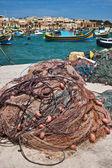 Pesca netto nel villaggio di pescatori marsaxlokk, malta — Foto Stock