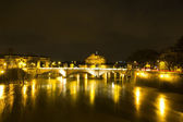 Nocturnal urban landscape of the river Tiber — Stock Photo