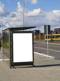 Parada de autobús en una carretera de alta velocidad cerca de una ciudad — Foto de Stock