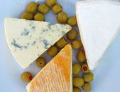 Cheese and olives for piknik — Stock Photo