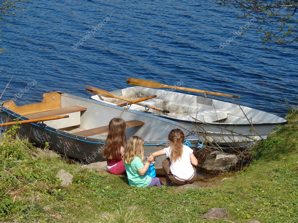 Little girls playing near boats — Stock Photo #5603539