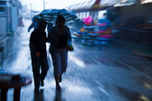 Бросаясь на дождливой улице — Стоковое фото
