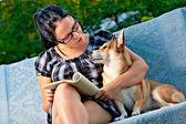 阅读的女人 — 图库照片