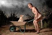 сумасшедший человек и его собака — Стоковое фото