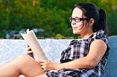 Femme lisant — Photo