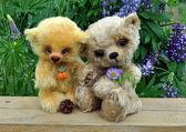 Ursos de pelúcia entre flores — Foto Stock