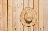 Slaměný klobouk na zeď — Stock fotografie