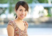 Mladá žena s úsměvem přátelský — Stock fotografie