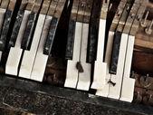 Broken piano — Stock Photo