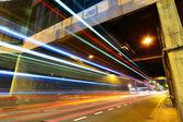 Senderos de luz en la ciudad de noche — Foto de Stock