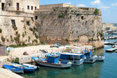 Gallipoli, Apulia - Angevin castle with fishing boats — Stok fotoğraf