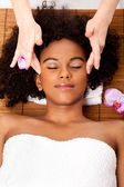 Facial temple massage in beauty spa — Fotografia Stock