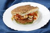 Sandwich met ham en kaas geïsoleerd op wit — Stockfoto