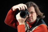 Långt hårman med kameran — Stockfoto