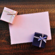 Empty pink paper gift card with gift box - Стоковая фотография