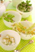 Quatre tasses pour préparer du thé à base de plantes — Photo