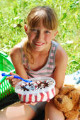 Young girl eating ice cream on the picnic — Stock Photo