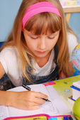 女子高生の手紙を書くことを学ぶ — ストック写真