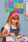 školačka učení písmen — Stock fotografie