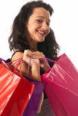 Beyaz arka plan üzerinde izole alışveriş torbaları yakın olan kadın — Stok fotoğraf