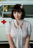 Девушка рядом медицинского автомобиля — Стоковое фото