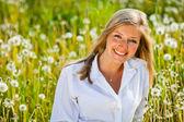 Mujer caucásica en campo de primavera — Foto de Stock
