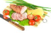 Arrangement avec viande fumée bacon, tomates et fromage — Photo