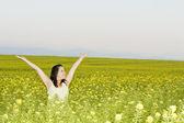 žena v květu pole — Stock fotografie