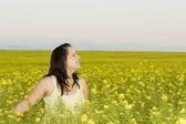 Femme dans un champ de fleurs — Photo
