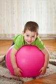 мальчик с большой шар — Стоковое фото
