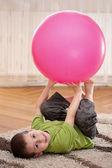 大型球的男孩 — 图库照片