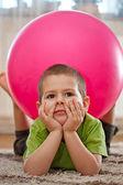 Chłopiec z dużą piłką — Zdjęcie stockowe