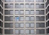 青い空を示す 1 つの開いているウィンドウ — ストック写真