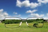 Okulary przeciwsłoneczne. koncepcja - okulary dla biednych wizji. — Zdjęcie stockowe