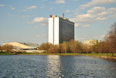 Hotel on the banks of the pond — Photo