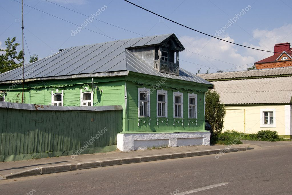 Restored wooden house and fence in the town of Kolomna. — Stock Photo #6152628