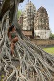 Woman sitting banyan tree sukhothai — Stock Photo