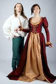 Krásný pár středověkých kostýmů — Stock fotografie