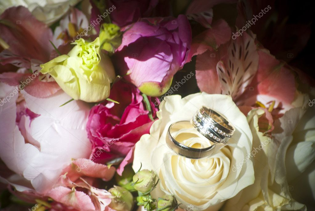 Wedding ring in a bouquet of roses and lilies — Stock Photo #6233891