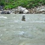 Cairn vid floden — Stockfoto