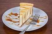 Caramel nappé de gâteau au fromage sur une plaque — Photo