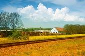 Landschap met huis en spoor — Stockfoto