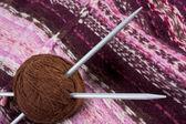 Boules avec fil à tricoter — Photo