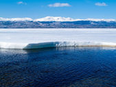 Snowy Mountains at frozen Lake Laberge, Yukon, Canada — Stock Photo