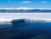 Snowy Mountains at frozen Lake Laberge, Yukon, Canada — Stock Photo