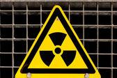 Radioactieve sign vastgeschroefd op stalen grid — Stockfoto