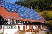在 frarmhouse 上的太阳能电池板 — 图库照片