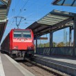 Commuter train at station — Lizenzfreies Foto