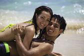 Romántica pareja jugando en la orilla del agua — Foto de Stock